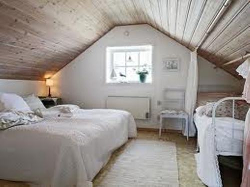 How to arrange furniture in an attic bedroom 6 tips to An attic room