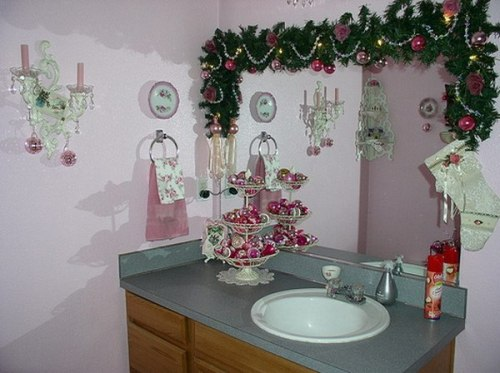 How to decorate bathroom for christmas 5 guides for for Bathroom xmas decor