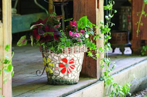 How to Decorate Plastic Garden Pots