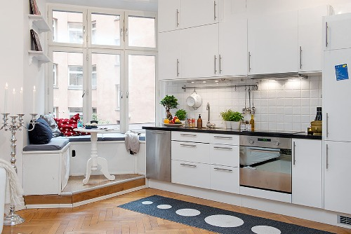 How to Decorate a Kitchen Bench