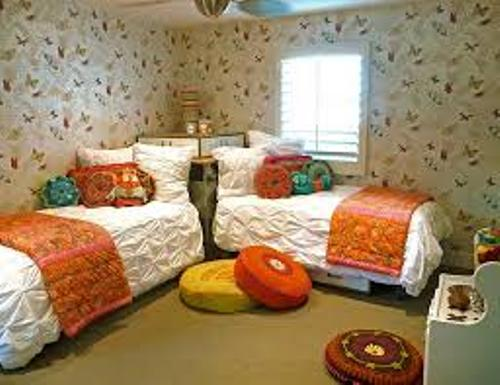 How to Arrange a Small Bedroom with Two Twin Beds