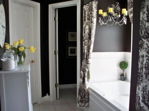 Bathroom in Black and White Decoration