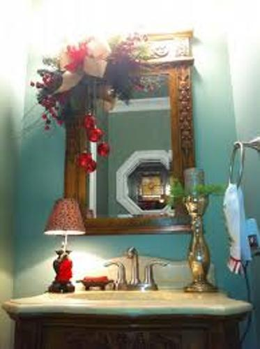 How to decorate a bathroom mirror for christmas 5 ideas for Mirror on mirror decorating for bathroom