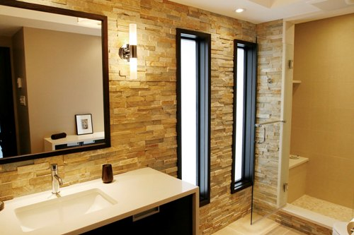 How to Decorate a Long Wall in a Bathroom