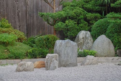 How to Arrange Garden Stones